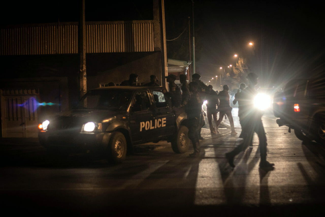 Goma, DRC, May 20th, 2020. Police set up a roadblock to enforce a new curfew imposed to limit the spread of coronavirus in the eastern Congolese city of Goma on Wednesday. © Guerchom Ndebo for Fondation Carmignac